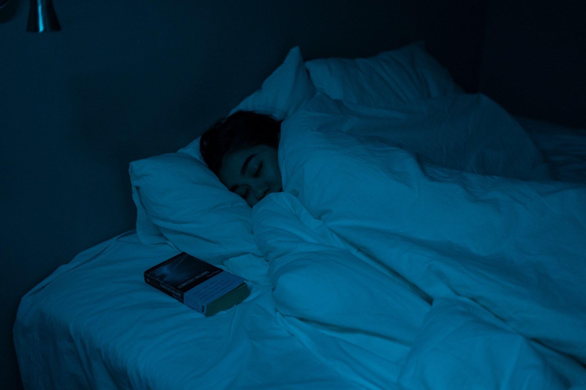 Nainen nukkuu peiton alla