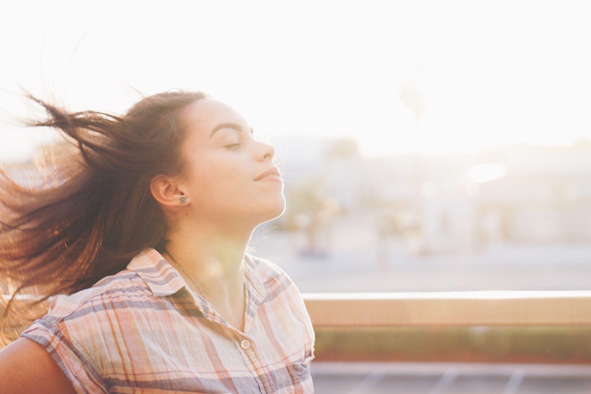 Kuvituskuva 12 - Nuori nainen hengittaa