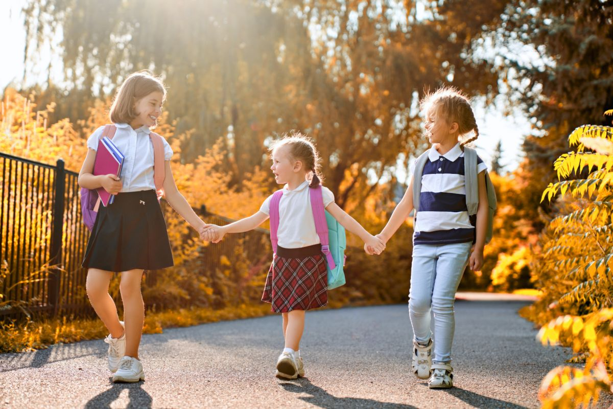 Kolme iloista koululaista, joilla ei ole murheita