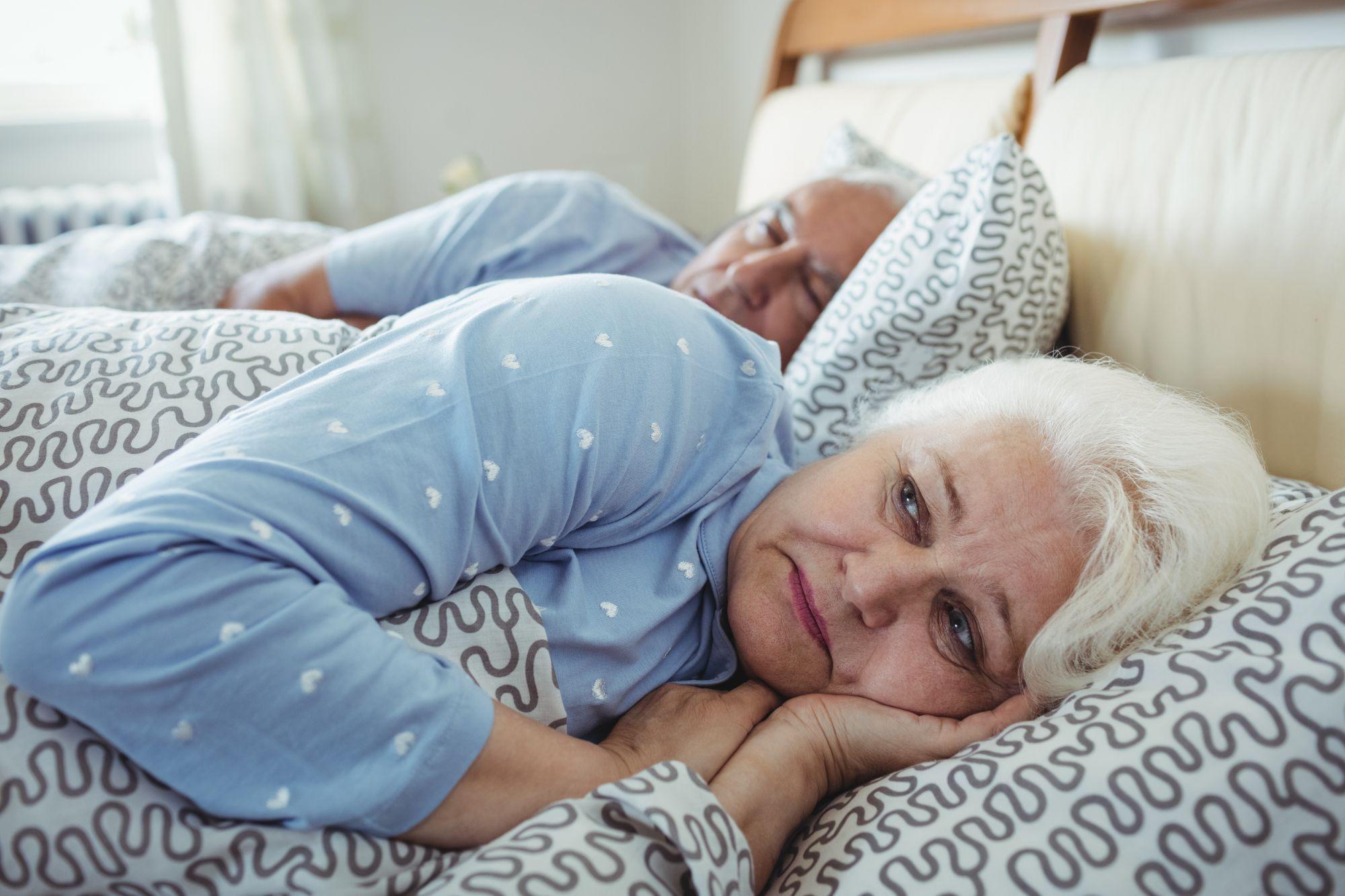 Vanha nainen ei saa unta uniapnean takia