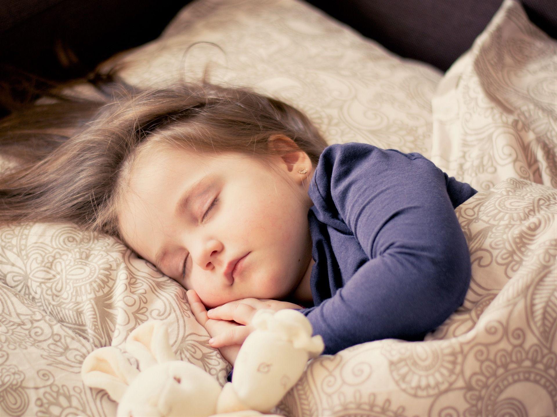 Tyttölapsi nukkumassa