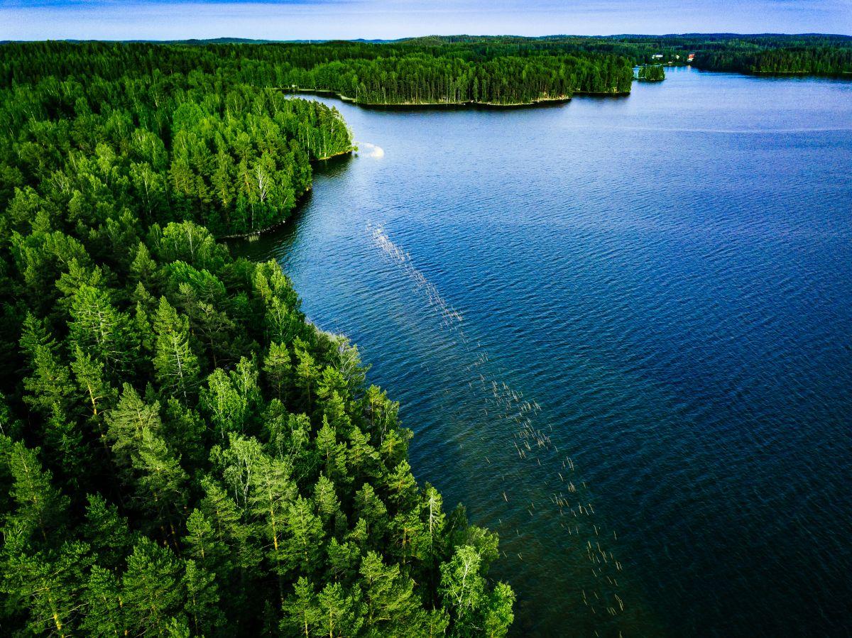 Suomalainen järvimaisema, jossa henki kulkee vapaasti