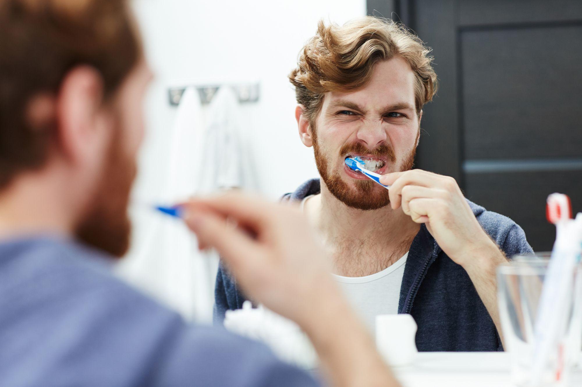 Mies jonka hengitys haisee pesee hampaita