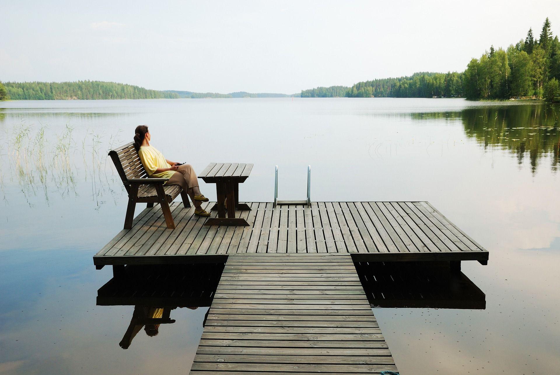 Hengitys rauhoittuu luonnossa, kuten järven rannalla