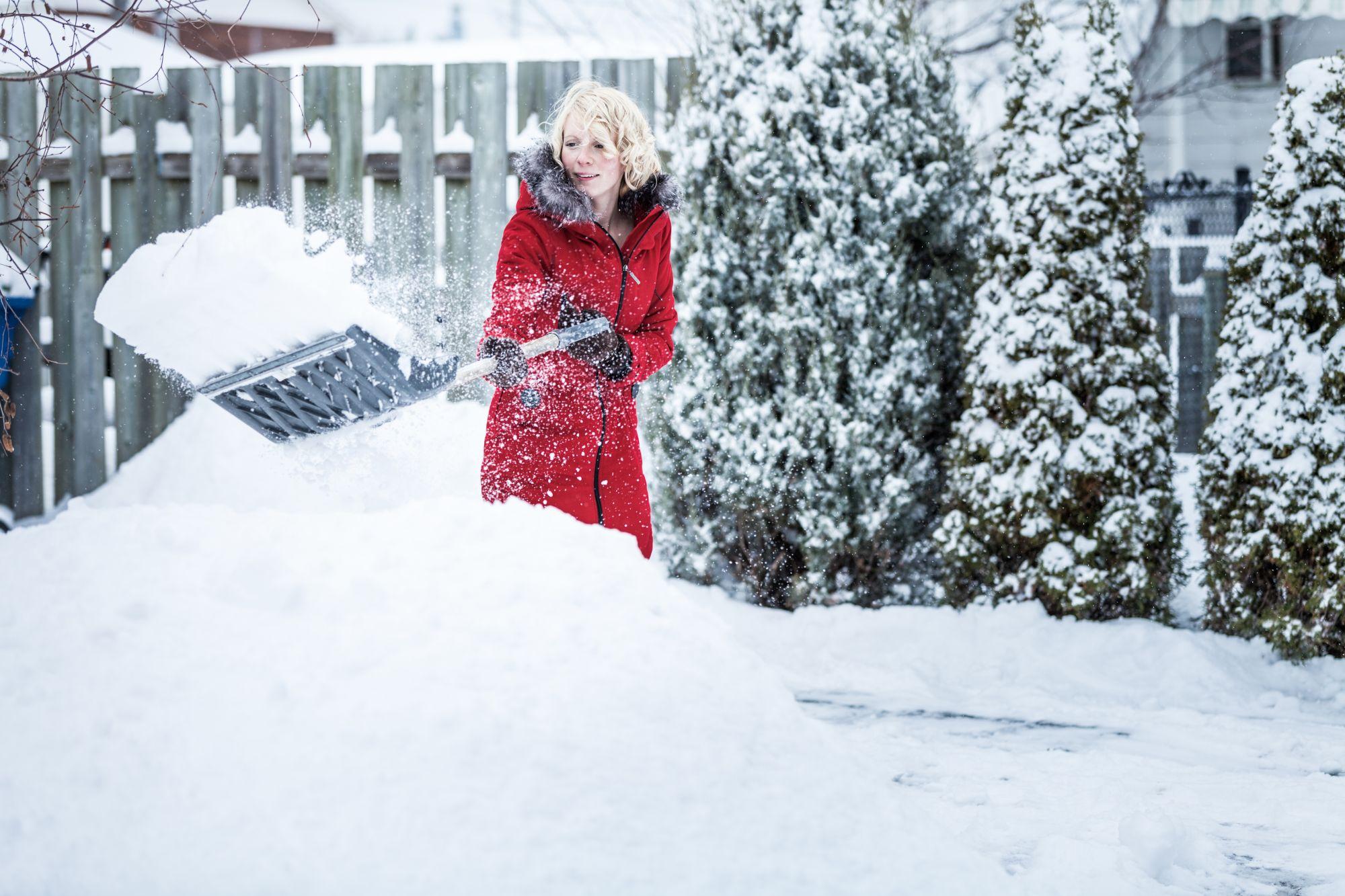 Nainen tekee lumitöitä ja käyttää hengityslihaksia hengittämiseen