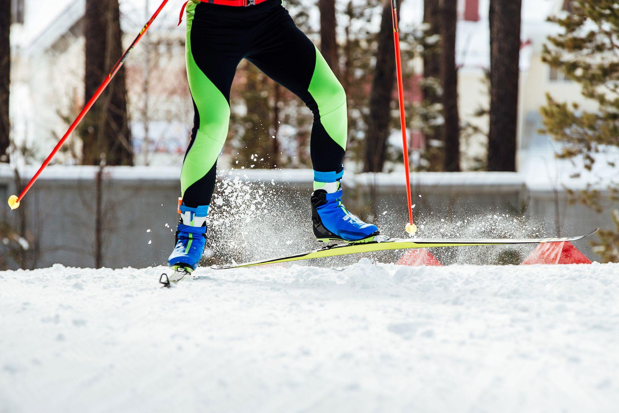 Hiihtäjä hiihtää kylmässä talvisäässä