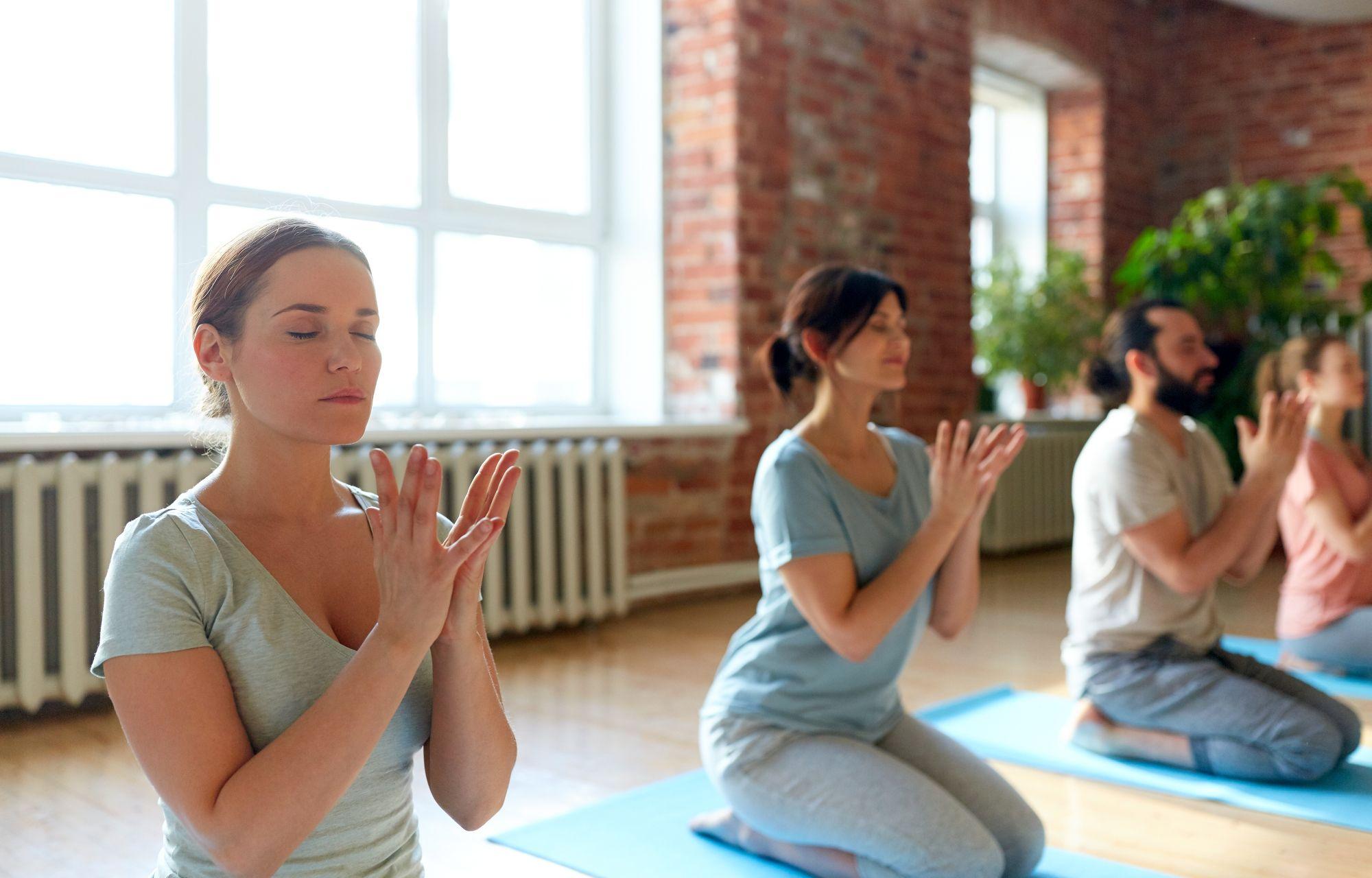 Neljä ihmistä joogakoulussa