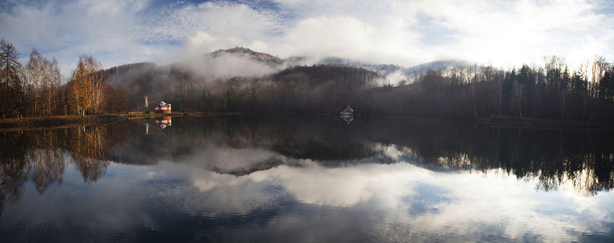 Sumuinen järvi- ja vuorimaisema
